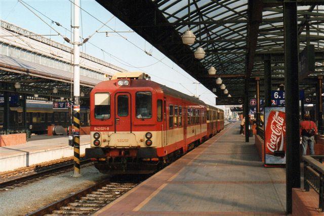 CD 842 021-8 på hovedbanegården. de påhængte vogne er væsentligt lavere end motovognen.