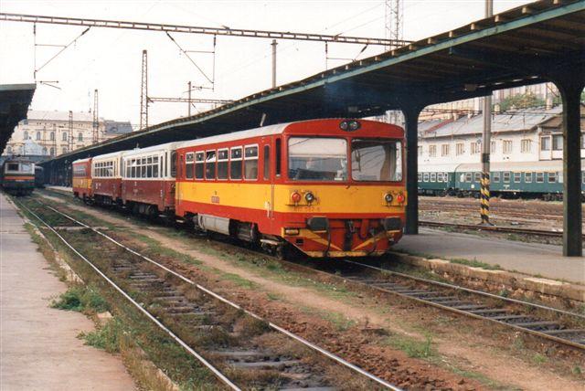 CD 810 587-6 med mellemvogne. I den anden ende ses 231-1. Massaryk-banegården.