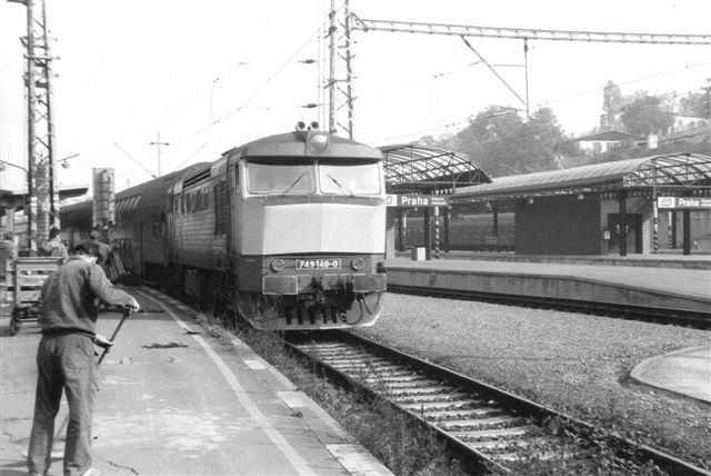 På hovedbanegården sås CD749 140-0 med solskærm og snude. 700-nummeret viser, at det er et diesellokomotiv.