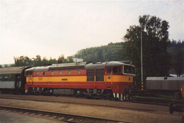 Også min kære hustru tog en Dykkerbrille til mig. Hun var på udveksling i Nachod. Stationen her er Teplice n. M. og toget kører Prag - Breslau i Polen. Besøget gjaldt Teplice-klipperne. Vi er i 1993.
