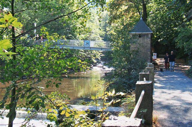 På modsatte bred lå en lille restauration med kaffe og lagkage. Heldigt der var en bro.