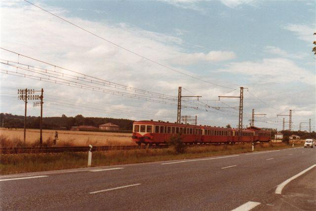 Materiellet ligner mest skinnebusvogne, men der er et lokomotiv i fjerneste ende af toget. Der kom flere tog, men også biler med en ikke sjælden evne til at køre ind i billedfeltet i fotoøjeblikket.