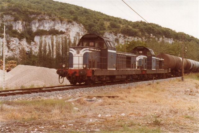 Øst for Cahors var der mere gang i den. Her ses et stort olietog på 24 vogne langs floden Lot mellem Cahors og Monsempreon. 1978.