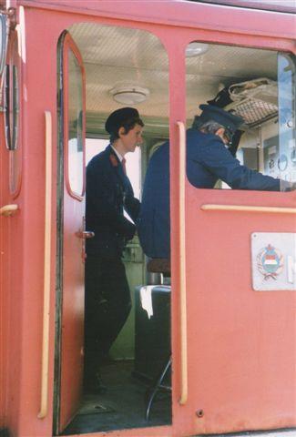 Lokomotivføreren var voksen. Også selv om der kun var tale om et diesellokomotiv. Pioneren i førerhuset var togets togfører. Foto: Bodil Skipper 1989.