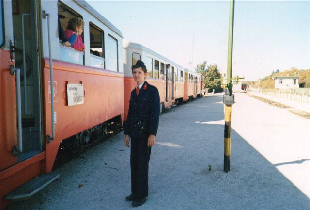 Her venetr togførereren på stationsforstanderes udkørselssignal, så han kan give afgang, når ikke flere passagerer er ved at entre. Foto: K. Østergård 1989.