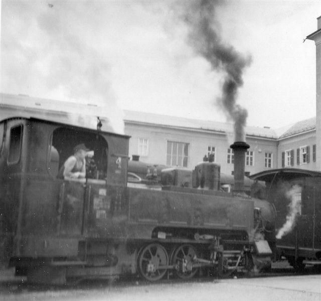 SKGLB 4 fra Krauss på lokalstationen i Salzburg. Toget bestod af to lokomotiver, seks personvogne og tre pakvogne. Foto: Min far i 1955.
