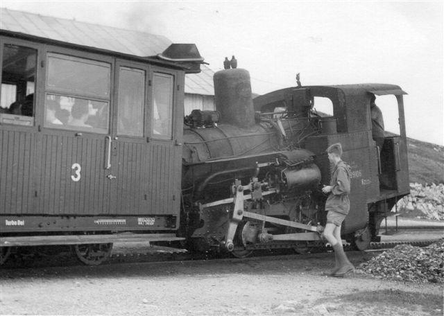 ÖBB 99 906 i St. Wolfgang, der er dalstationen. Foto Min far 1955.