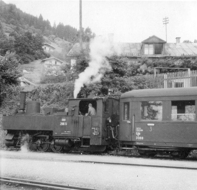 ÖBB 298.51 i Zell am See med tog tll Krimml 1957. Vognen en boggievogn, og typen er stadig i behold, mens lokomotivet er over alle bjerge. Det var sikkert en Krauss. Min far tog i sin tid billedet.