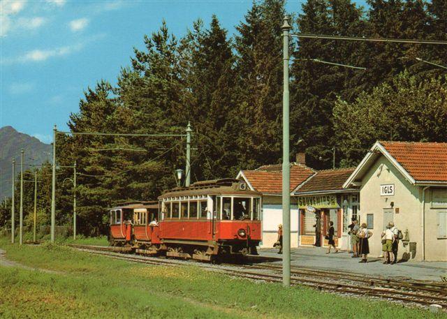 Sporvejene i Innsbruck linje 6 med et par antikverede personvogne, som jeg husker dem fra min tur. Jeg så den sidst udstillet ved Europabroen mange år senere. Motorvognen er sikkert også fra Graz bygget før første verdenskrig. Billedet, hvis oprindelse er ukendt, turde være fra 50'erne?