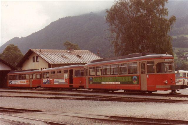 To tidligere elektriske sporvogne, med en mellemliggende generatorvogn. Da banen ikke er elektrisk, fremstiller generatorvognen strøm til sporvognene. Foto: BH 1980.