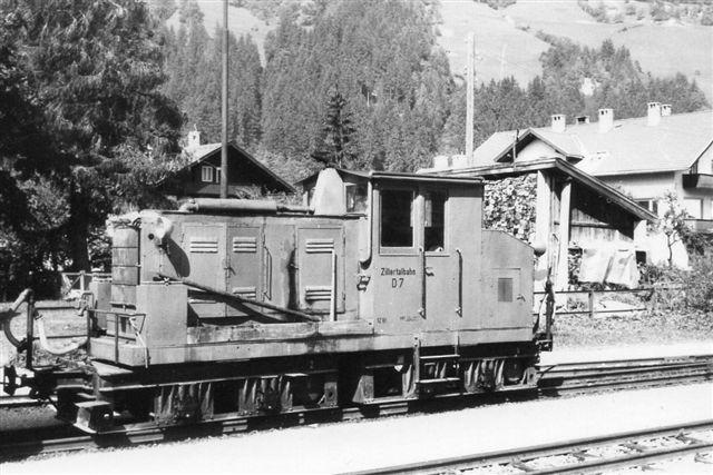 ZB D7 med tog på en af banens mellemstationer. Foto: Thostrup Christensen 1971. Fotografen har ikke opgivet data.
