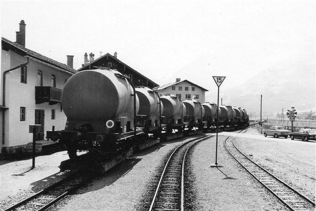 Omkring 1971 blomstrede godstrafikken op, da der byggedes et kraftværk ved banens endestation. Her cementvogne på transportører. Diesellokomotivet trak af med otte vogne. Foto: Thostrup Christensen 1971.