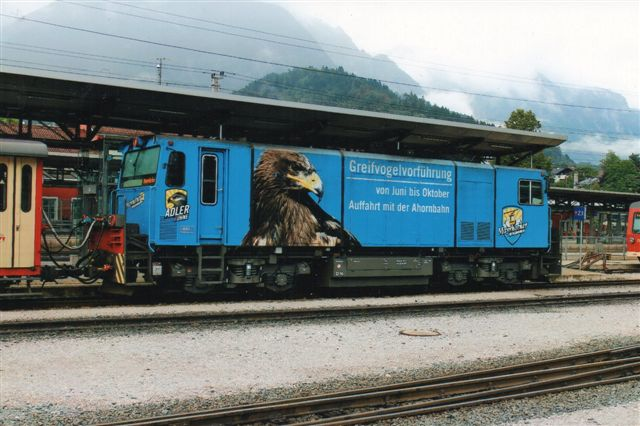 ZB D16 reklamerede for ørne, her Kongeørne, eller som de siger, Steinadler, Kommunen omkring endestationen står bag folieringen. Foto: BH 2013.