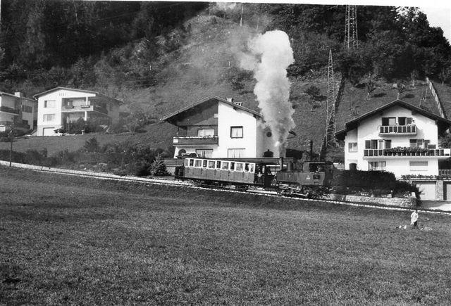 Achenseebahn er delvist en tandhjulsbane. Her ses et tog på tandstangsstrækningen lige efter Jenbach. Foto: Thostrup Christensen 1971.