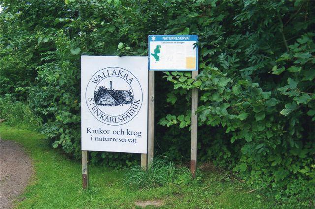 Først da vi havde forladt bivejen ad en sidevej, så vi skiltet til Valåkra. Fotoene er alle fra 2011.