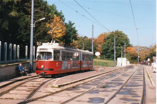 Ældre vogntog på linje 62 på sløjfen i Lainz. Foto: BH 1996. Bemærk, at der kun er døre ind mod fortovet!