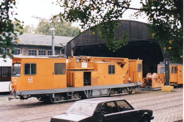 Sporvejene havde masser af vedligeholdelsesmateriel. Her en selvkørende overledningsbyggevogn med dieselmotor, WVB 6123 Foto: BH 1996 på depotet ved Volksoper.