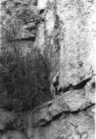Når man ikke kan spille fodbold her, kan man lege bjergbestiger. Der hænger en dreng i et reb på væggen i stenbruddet. Det var mit indtryk, at alle landsbyen børn, piger og drenge legede her. Foto: BH 1976.