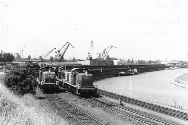 På kulhalvøen, hvor egentlig E&H skulle have kørt? kom DB 290 268-2 og 290 023-1 med et kæmpe kultog. På sporet ved siden af trykker DB 290 266-8 et tomt kultog tilbage. Foto: BH 1991.