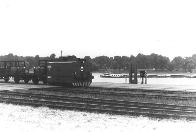 Vognen skubbedes frem til kranen af en rangerrobot af mærket Vollert. Den havde nr. 1.