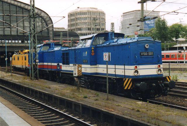 På en tur til Hamborg ville jeg køre over Lübeck hjem for at se havnebanen, men på Hovedbanegården i Hamburg kom tilfældigvis to af lokomotiverne fra Lübeck, NRS V 100 001 og 003. Som fotoet ovenfor viser, tog jeg alligevel over Lübeck hjem. Foto: BH 2005.