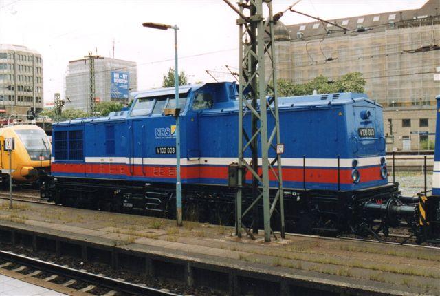 Som anden maskine kørte NRS V 100 003 med en rød stribe. Som det ses, har lokomotivernes ejer skiftet navn til NRS, Nordic Rail Service GMBH. Den gule er et banetjenestekøretøj.