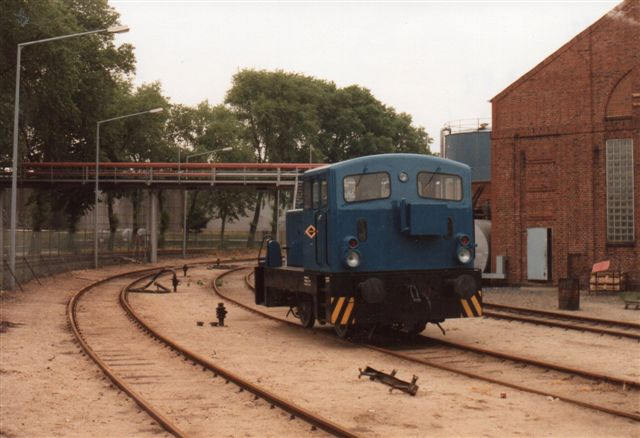 Hafenbahn Sassnitz 13, Makrele, LKM 261 424/1964 type V 15/U 23. Det ses her som Bominflot Tanklager GmbH 1 i Hamburg-Waltershof 1992. I december 1991 solgtes lokomotivet fra Sassnitz Det var oprinddelig en V 15 B med 150 hk. På et tidspunkt må den have fået en større motor på 230 hk og fik nu tillægsbetegnelsen U 23. U for Umbau. Ofte havde typen et B med i betegnelsen for to aksler i modsætning til de smalsporede Karls Marx'er, der var trekoblere, V 10 C for eksempel.