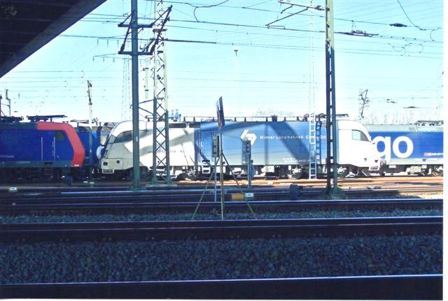WLB i Hamborg. Da enhver kunne køre på det tidligere statslige spornet, meldte WLB, Wiener Lokalbahn sig hurtigt med Wiener Lokalbah Cargo GmbH. Privatbanen drev trafik mellem Wien og Baden på Badnerbahn i Wien. Her ses et af deres cargo-lokomotiver, et Taurus Dispolok ES 64 U2 021 på havnen i Hamburg-Waltershof 2003.