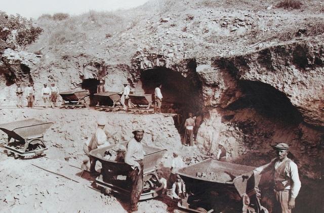 Tipvogne under udgravningerne i mellemkrigstiden. Foto: Ukendt kilde.