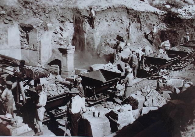 Mange steder var der adskillige meter jord og klipper oven på ruinerne. Foto: Ukendt kilde.