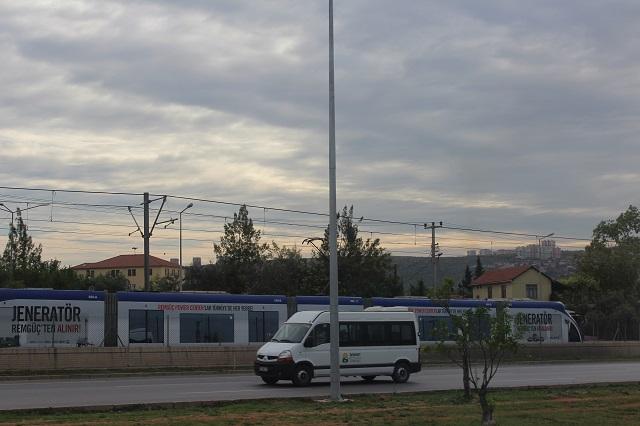 Fra bussen m fra hotellet ind til byen sås letbanen, men på alle fotoforsøg kom der biler i vejen. Altalja 2014.