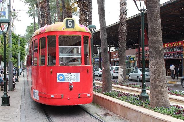 En sporvogn inde i centrum, men en ældre model. Den skulle stamme fra Nürnbergs Sporveje og købt brugt.