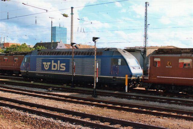 BLS 1 438. BLS Re 465 016-4 på Badische Bahnhof i Basel 2012. Lokomotivet er en 2000 mage til SBBs.