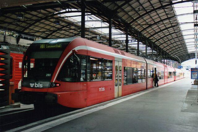 BLS 4 440. S-togslinje S 6 i Luzern køres af BLS. Her BLS 280. 2012.