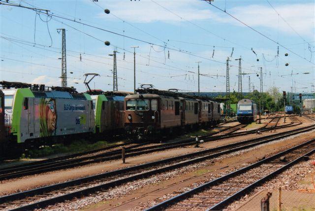 BLS 5 445. Midlertidigt hensatte BLS lokomotiver på Badische Bahnhof i Basel 2012. Her ses fem ældre ellokomotiver, to BLS Cargo, en 2000 og aller fjernest en ubestemt type. BLS Cargoén er BLS 485 501-0. Badische Bahnhof i Basel 2012. Første lokomotiv i rækkes ses på billedet BLS 180 ovenfor.