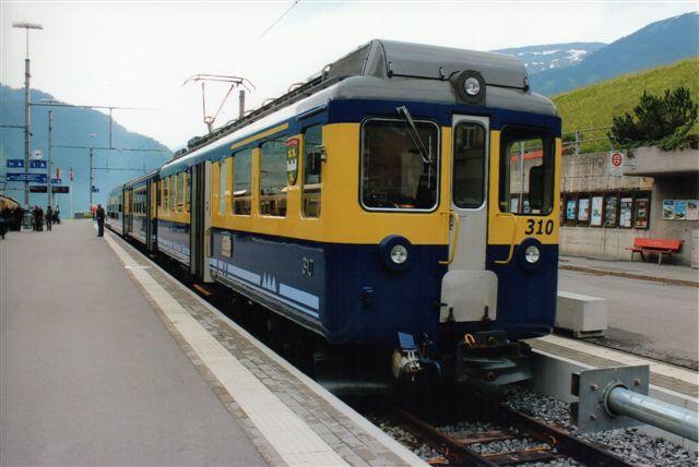 BOB 310. Et trevognssæt af lidt ældre dato. Flere tog bestod af to sæt og altså på seks vogne. Ved afgangen fra Interlaken var toget til Lauterbrunnen også med, så privatbanen kørte med tolvvognstog det første stykke. Passagererne skulle huske at komme ind i den rigtig afdeling alt efter, om de skulle til Lauterbrunnen eller til Grindelwald. 2012.
