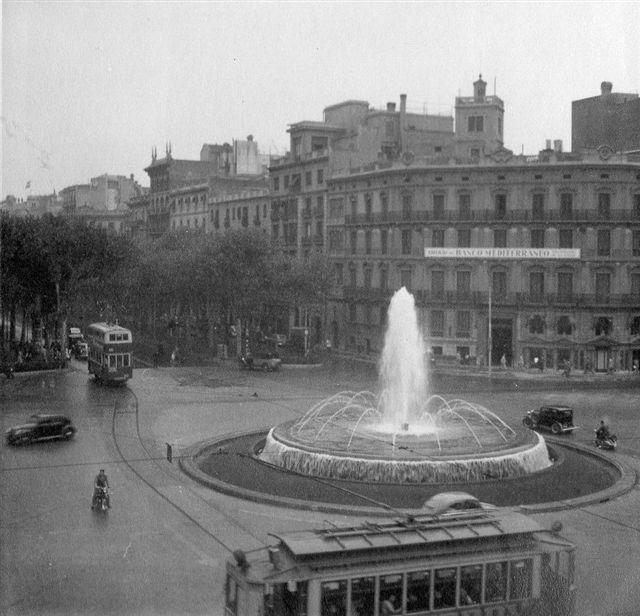 Spanske sporvogne formentlig i Barcelona 1954. Min far plejede at tage et foto fra hotelværelsets vindue. Her er kommet et par sporvogne med. Foto: Hans Kristian Hansen 1954.