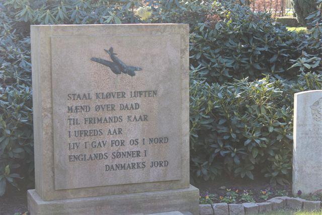 Allierede flyvere lå også på kirkegården ved Christianskirken, som Klint byggede som forstudie til Grundsvigskirken.