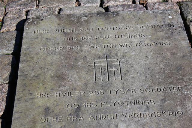 Min barndoms sognekirke rummer en stor krigskirkegård. Her burde de skeletdele, jeg så vragfiskerne komme i land med, være begravet, men. der stod kun et navn og en data. Mange var døde omkring den 4. og 5. maj 1945, så jeg opgav at finde dem. De lå vel med ketegnelsen ukendt tysk soldat? Mange af de dø efter krigen var også flygtninge, der efter den lange tur fra Østpreussen ikke have megen modstandskraft tilbage.