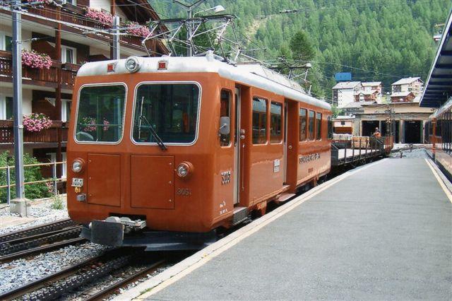 GGB 3601 er en ældre motorvogn fra 1981 indsat i godstrafik for banetjenesten. Bemærk, at den har fire fuglebure. Kun til perronsiden har den døre. Zermatt 2009.