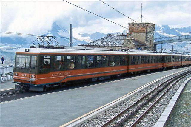 To sammenkørende af banens moderne motorvognssæt. GGB Bhe 3051 i front. Også her er der fire stømaftagere og kun døre i modsatte langside. Foto på Gornergrat Station. 3232 meter. 2009.