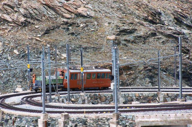 GGB 3054 er på vej op til Gormergrat. Her ses dørene samt, at banen her er dobbeltsporet. Om sommeren tager man herop for at se Monte Rosa, 4634 meter, Matterhorn, 4478 meter og andre af Alpernes højeste toppe samt Gornergratgletscheren. 2009.