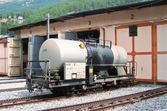 Denne vogn var til brændselsolie til bjergets hoteller. Den er allerede omlitreret til MGB. Zermatt 2009.