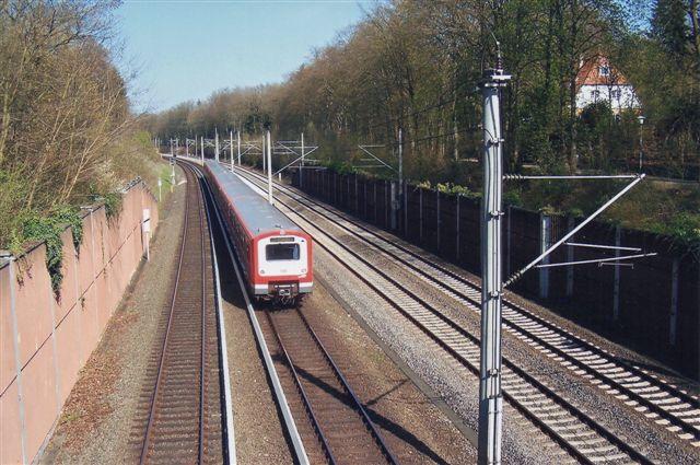 """S-tog ved Rheinbek 2010. Det hvide """"spor"""" til venstre for S-toget er tredieskinnen (strønforsyningen.) Sporene med overledning banen til Berlin."""