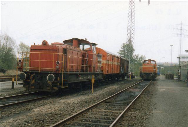 AKN V2.019, der også er fra MaK. Den holder her på sporene bag remisen. Foto fra 1989. Til højre ses V2.016.