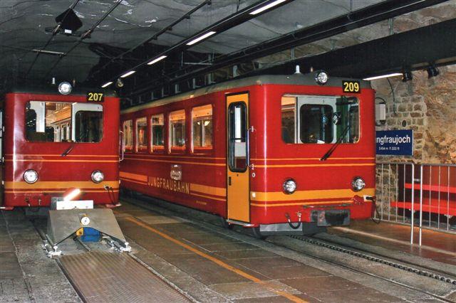 JR 207 og 209 på Jungfraujoch, 3475 meter. Stationen ligger inde i bjerget, og det gør det meste af banen også. Der var ikke adgang til perronen udenfor togtid, for banen skulle have styr på passagerer, at der ikke kom flere med, end der var plads til. Yderligere en perronhal fandtes til venstre . Også med to spor. 2012.