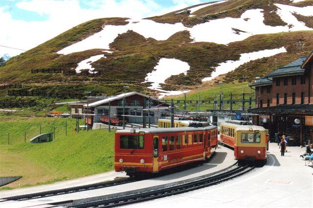 Jungfraubanens perron i Kleine Scheiegg. De to baner bruger hver sin facade af stationen. På perronen her var i øvrigt en udmærket banegårdsrestauration, men alpealliker, der tømte tallerkenerne. 2012.