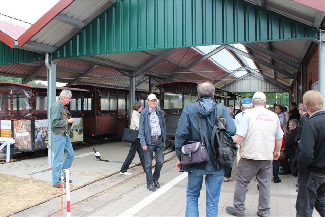 4335. Moorbahn Uchte. Mosebesigtigelsesbanen havde overdækket perronhal med flere spor og perroner. Her ses feldbaneentusiaster, familier på udflugt i mosen og svenske udflugtsdeltagere i Essern.