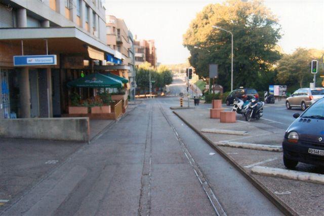 Foran banegården en tidlig morgen i 2009 lå sporene fra Nyon - St. Cergue - la Cure Morez stadig i gaden. Jeg troede derfor, at banen var nedlagt, men jeg fandt senere sporene på en anden side af stationen hinsides normalsporene. Der var dog ingen tog, mens min tid tillod et ophold her.