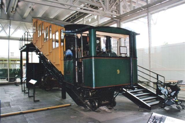Pilatusbanen så jeg sporadisk fra toget mellem Luzern og Interlaken, men deres damplokomotiv stod på Trafikmuseet i Luzern. PB 9 havde vandret, men tværstillet kedel. 2012.